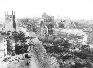 Dortmund Kampstraße, links Pertikirche, geradeaus Das U, 1945